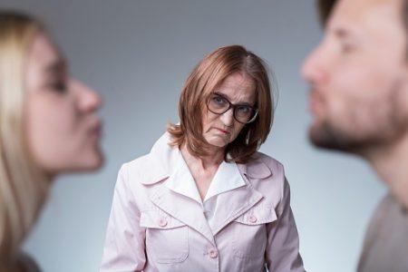غيرة الحماة كيف تتصرف معها الزوجة؟