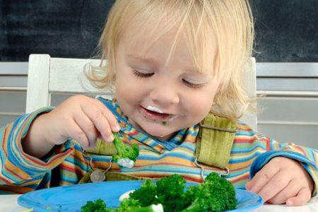أطعمة لا يجب أبدا أن يأكلها الطفل دون السنتين