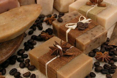 طريقة صناعة صابون طبيعي يبيض و يوحد لون البشرة