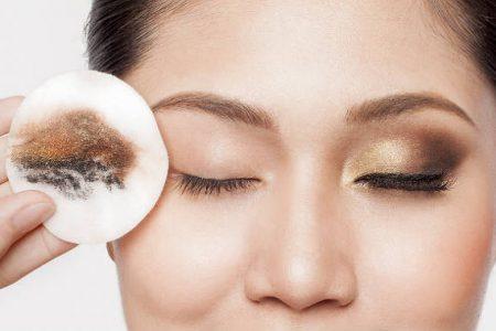 الخطوات الاساسية لازالة مكياج العيون