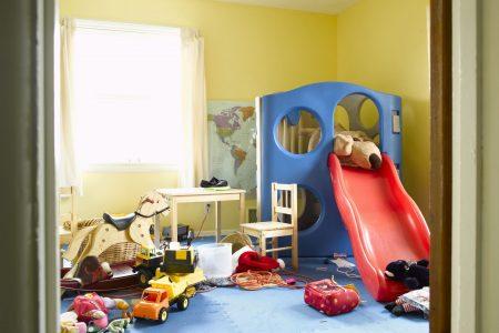 كيف تقنعين طفلك بالتخلص من أغراض و لعب قديمة